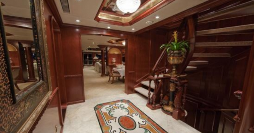 PRIVATE LUXURY MOTOR YACHT CHARTER